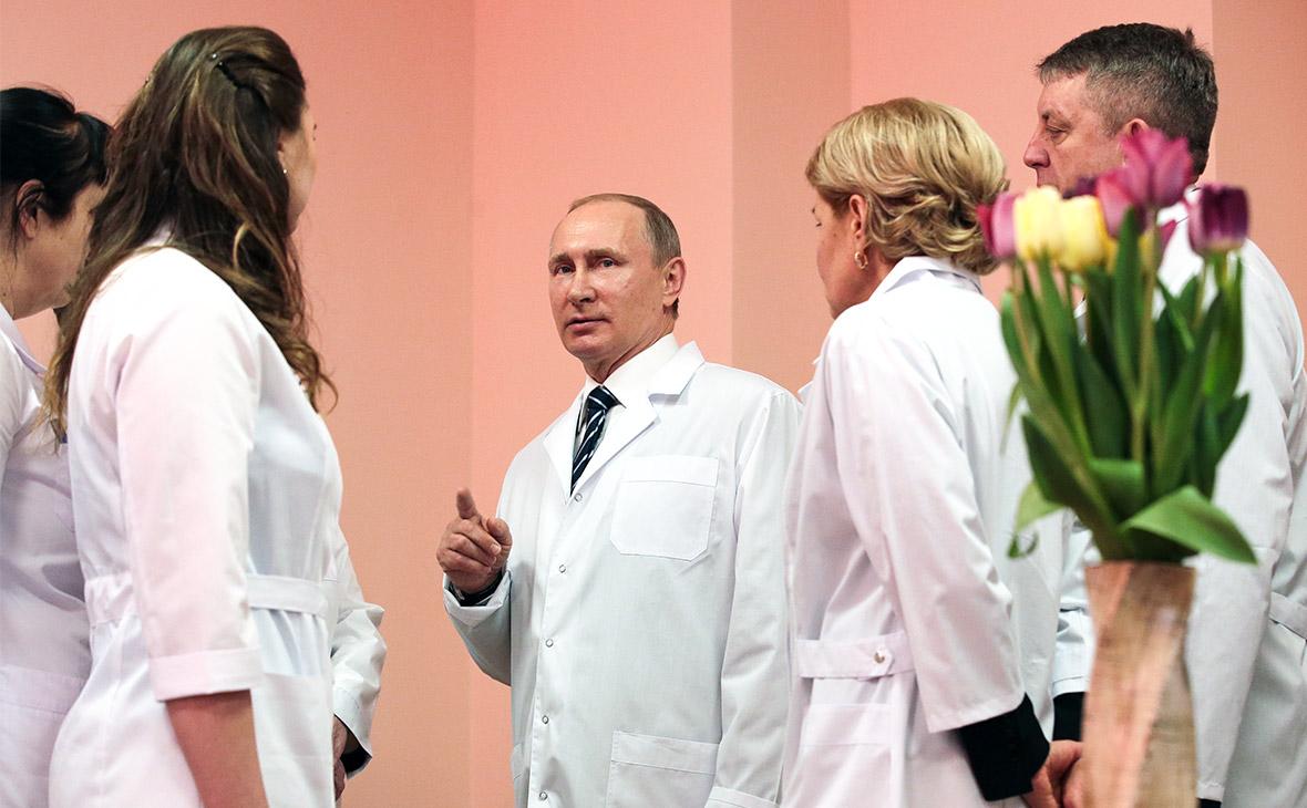 Владимир Путин (в центре) во время посещения нового перинатального центра в Брянске