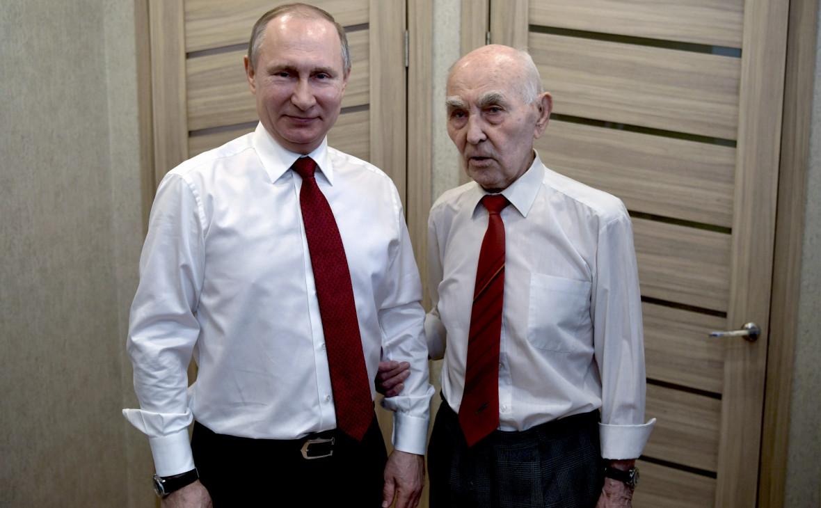 Владимир Путин с экс-главой советской разведгруппы КГБ в Дрездене Лазарем Матвеевым