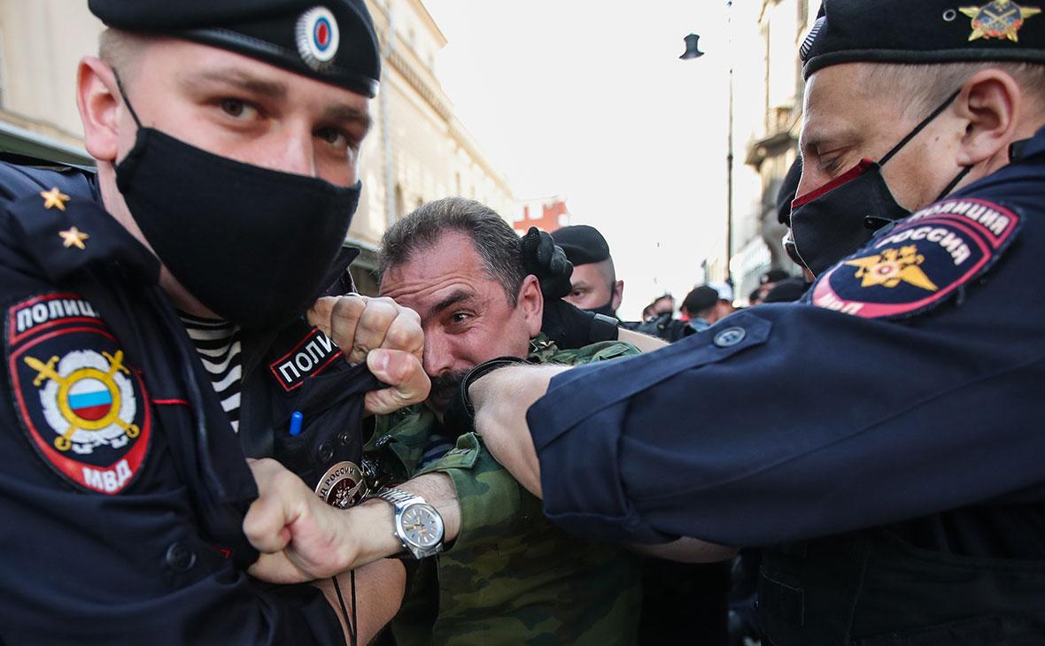 Задержание участника несанкционированного митинга сотрудниками правоохранительных органов на Петровке