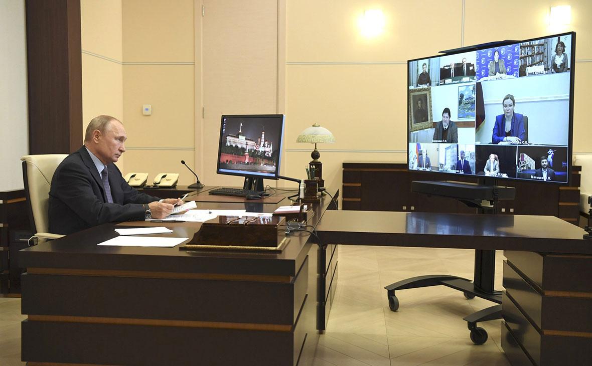 Владимир Путин во время встречи с деятелями культуры