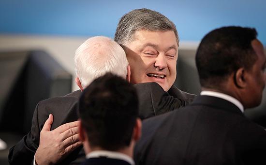 Петр Порошенко иДжон Маккейн на 53-й Мюнхенской конференции по безопасности