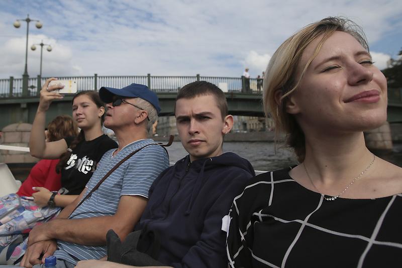 Туристы во время экскурсии по каналам Санкт-Петербурга