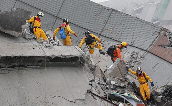 Спасатели осматривают завалы