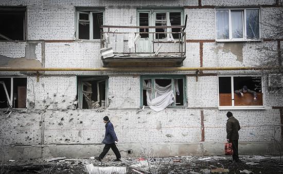 Жители Светлодарска ремонтируют окна, выбитые в результате обстрела