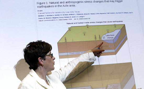 Доцент геофизики Хезер Дешон объясняет процесс, посредством которого происходят землетрясения в городе Эзл в Техасе