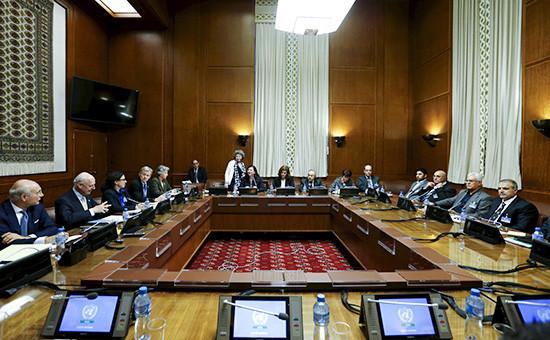 Спецпосланник ООН Стаффан де Мистура (второй слева) напереговорах повопросу урегулирования сирийского конфликта вЖеневе