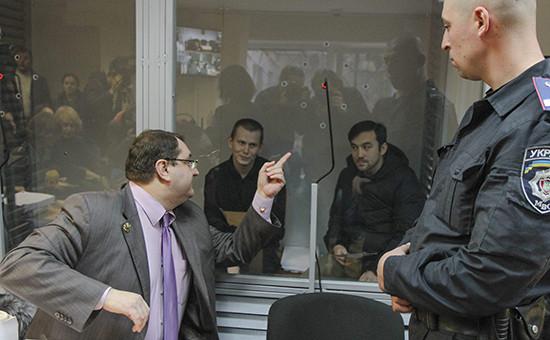 Адвокат Юрий Грабовский (слева) назаседании суда поделу о«бойцах ГРУ». Киев, ноябрь 2015года