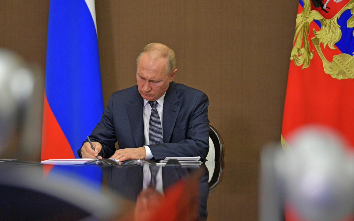 Президент России Владимир Путин в Ново-Огарево во время расширенного заседания президиума Госсовета по видеосвязи