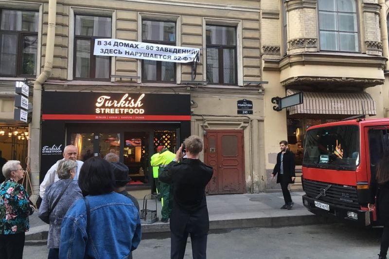 Жители улицы Рубинштейна устроили акцию протеста против местных ресторанов
