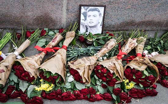 Цветы на месте гибели политика Бориса Немцова. Архивное фото