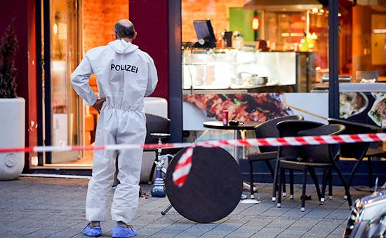 Полицейский эксперт на местенападения сирийского беженца с мачете в городе Ройтлингене на юге Германии