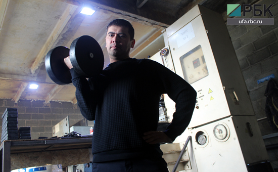Азат Вильданов с гантелей собственного производства