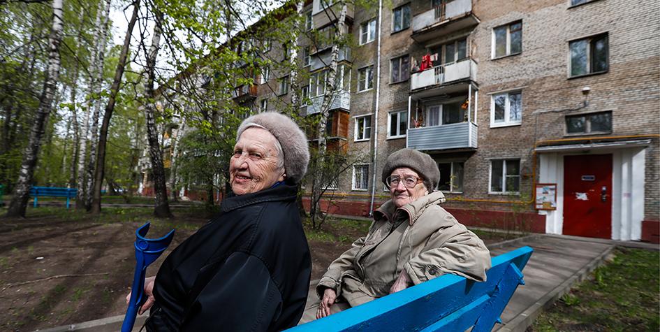 Пожилые женщины у подъезда жилого дома в1-м Рижском переулке (Останкинский район), попавшего вперечень дляголосования повключению впроект программы реновации жилья