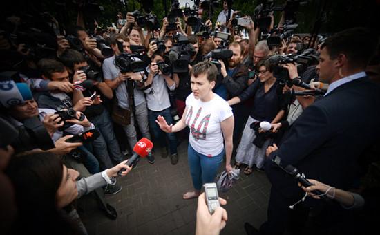 Украинская военнослужащая Надежда Савченко отвечает навопросы журналистов ваэропорту Киева