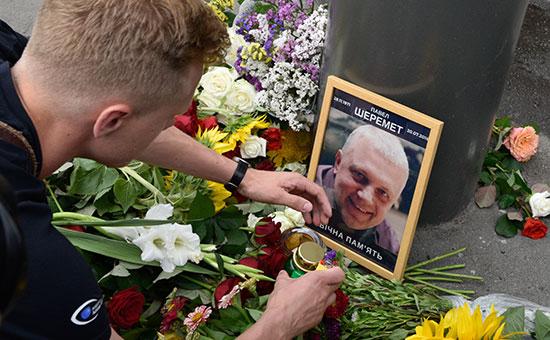 Цветы и свечи на месте гибели журналиста Павла Шеремета. Июль 2016 года