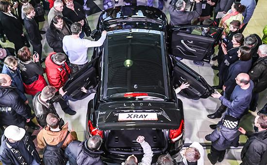 Покупатели во время старта продаж кроссовера Lada Xray