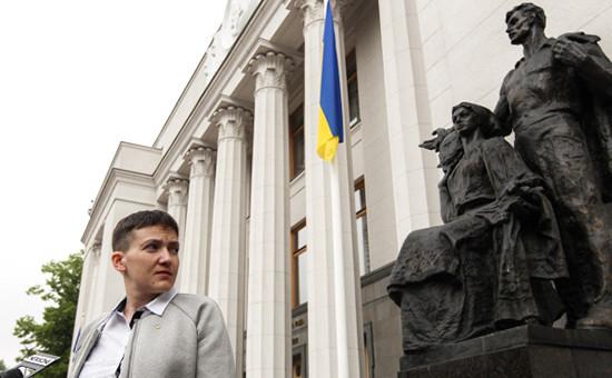 Депутат Надежда Савченко у зданияВерховной рады