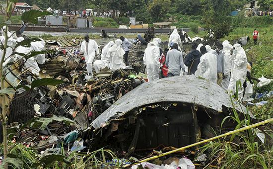 Обломки разбившегося в Южном Суданесамолета Ан-12