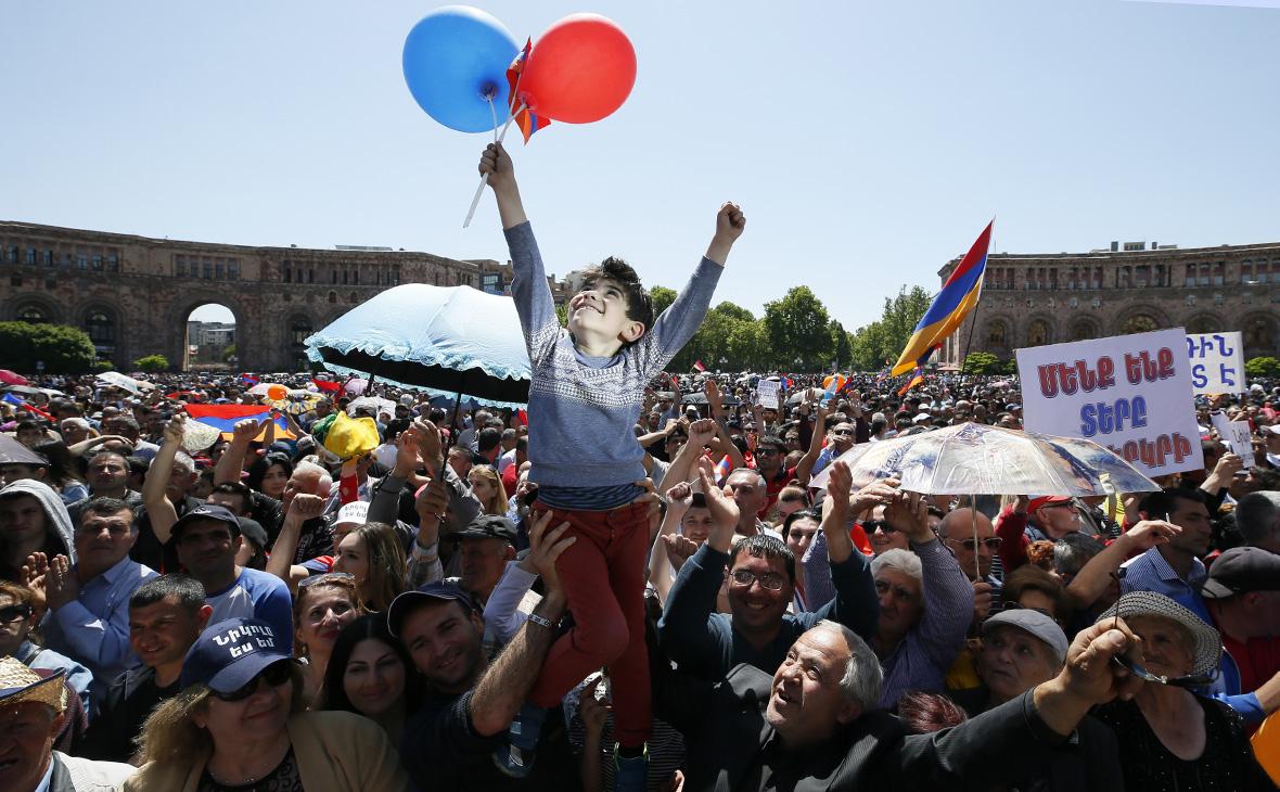 РБК: Как в Армению пришла «революция любви» по рецепту Ганди