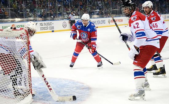 Президент России Владимир Путин (в центре) вовремя хоккейного матча «Ночной хоккейной лиги» вБольшом Ледовом дворце
