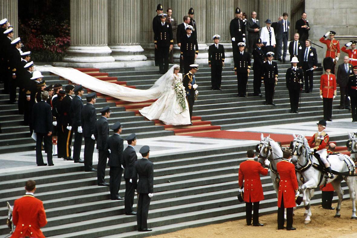 В 1981 году состоялась свадьба наследника британского престола принца Чарльза и Дианы Спенсер. Стоимость церемонии оценили в £30 млн (около $48 млн по курсу 1981 года). С учетом инфляции, сегодня эта цифра вырослабы в три с лишним раза, до £107 млн (почти $139 млн). На свадьбу былиприглашены3,5 тыс. гостей, а телетрансляцию церемонии посмотрелиоколо 750 млн человек по всему миру.