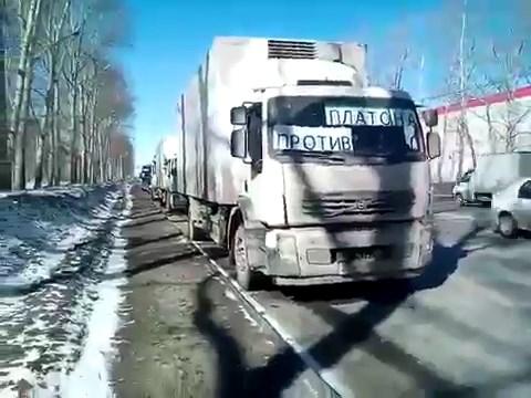 Забастовщики планируют стоять на Петухова до 5 апреля. По словам Бурдукова, в середине дня, 3 апреля четверых участников акции задержали полицейские.