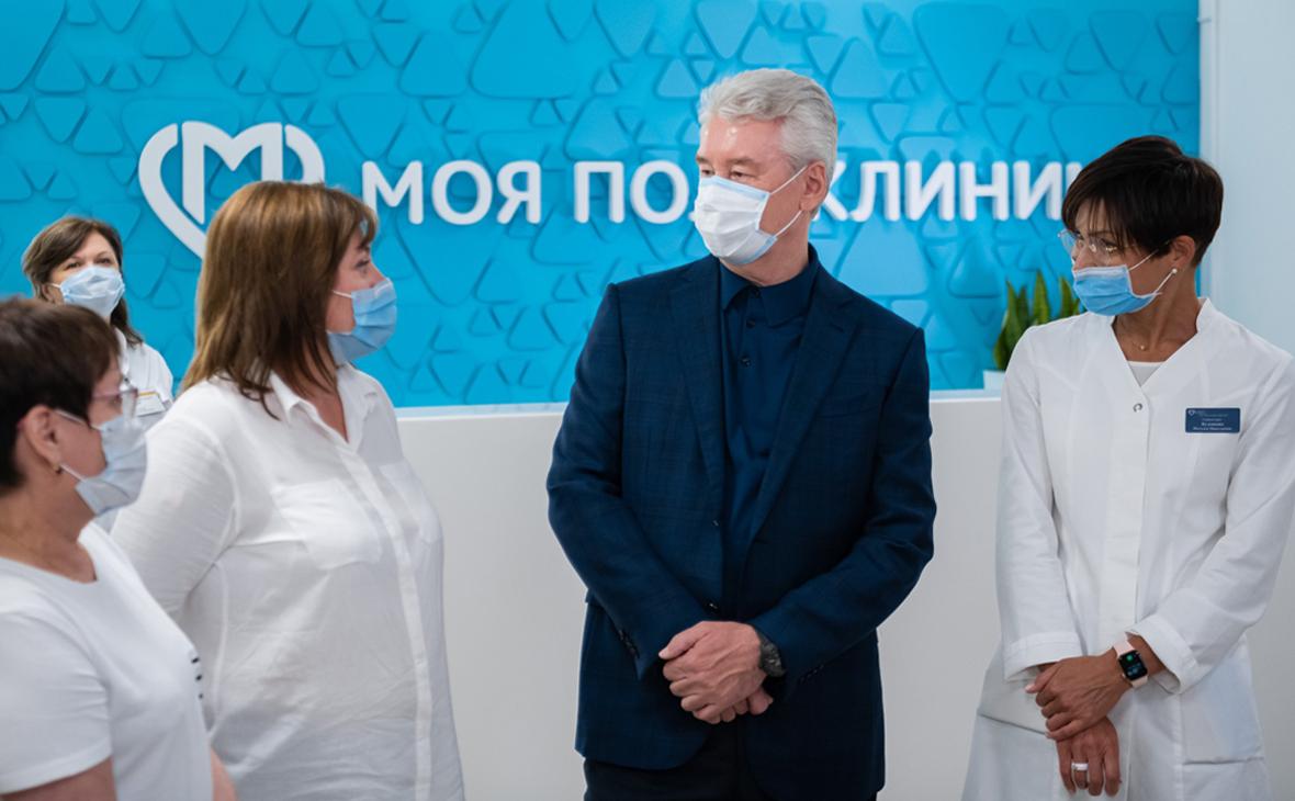 Сергей Собянин (по центру) во время вакцинации медицинских работников столицы от COVID-19 в детско-взрослой поликлинике в районе Замоскворечье
