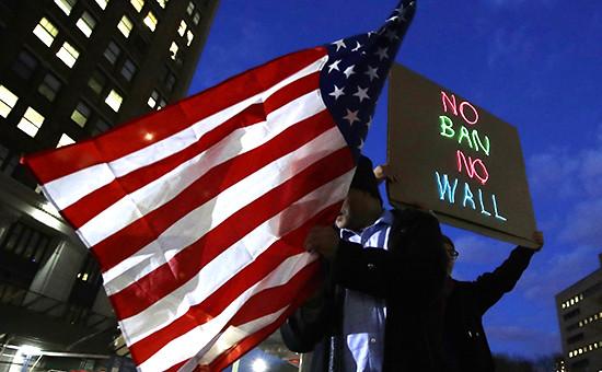 Выступающие против иммиграционного указа президента США жители Бруклина. Нью-Йорк, февраль 2017 года