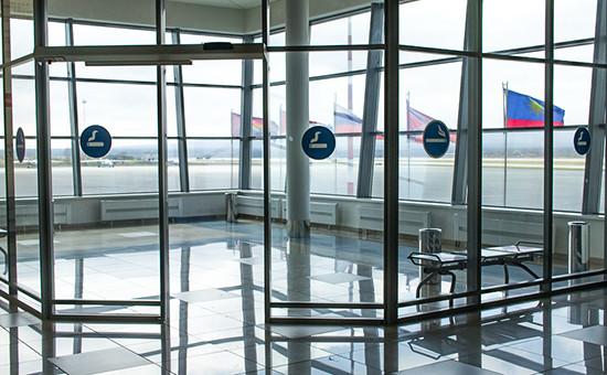 Курилка в международном аэропорту города Владивостока. Архивное фото