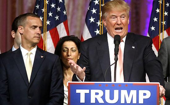 Кандидат впрезиденты США Дональд Трамп (справа) иглава его штаба Кори Левандовски, март 2015года