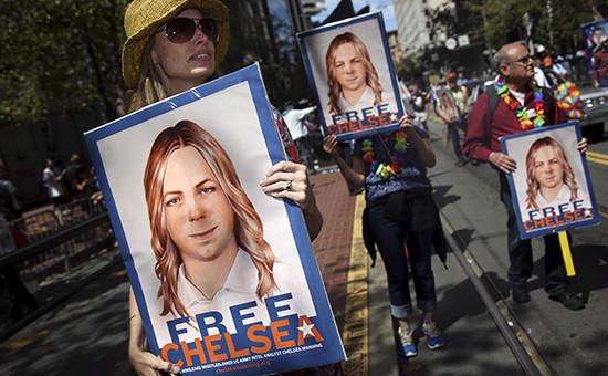 Люди несут плакат с призывом освободитьинформатора WikiLeaks Челси Мэннинг