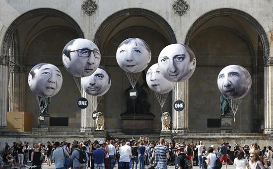 Воздушные шары сизображением лидеров стран— членов G7наулице вМюнхене, Германия