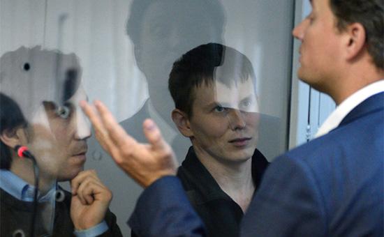 Евгений Ерофеев,Александр Александрови новый адвокат Александра Александрова Валентин Рыбин (слева направо) на заседании Голосеевского районного суда Киева, 18 апреля 2016 года