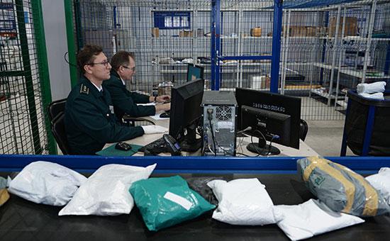 Сотрудники таможенной службы России во время обработки посылок