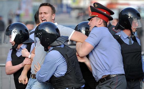 Сотрудники правоохранительных органов задерживают блогера Алексея Навального вовремя митинга «Марш миллионов» наБолотной площади 6 мая 2012 года