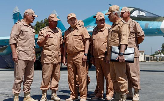 Министр обороны России Сергей Шойгу (в центре) инспектирует организацию несения российскими военнослужащими боевой службы наавиабазе Хмеймим вСирии