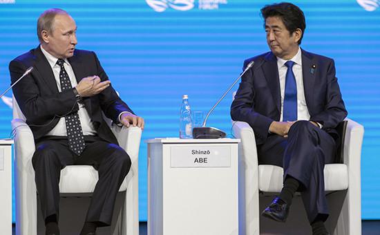 Президент РФ Владимир Путин (слева) ипремьер-министр Японии Синдзо Абэ напленарном заседании «Открывая Дальний Восток» врамках Восточного экономического форума. 3 сентября 2016 года