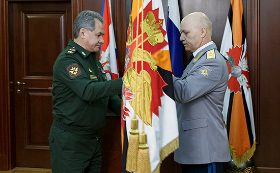 Сергей Шойгу вручает личный штандарт начальника Главного управления Генерального штаба Вооруженных сил Российской Федерации генерал-лейтенанту Игорю Коробову