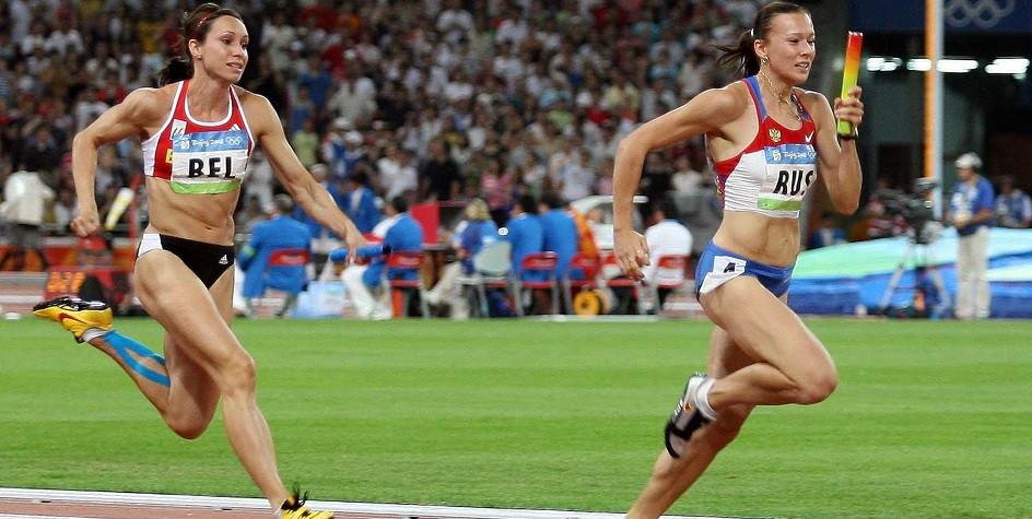 Российская бегунья Юлия Чермошанская (справа) во время эстафеты 4 на 100 метров на Олимпийских играх 2008 года в Пекине.