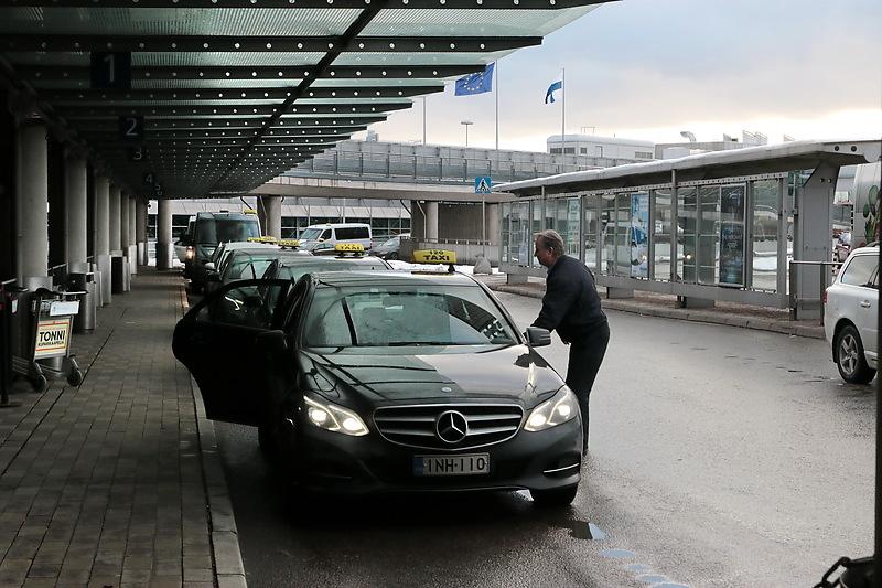 Финляндия. Такси у здания аэропорта Хельсинки-Вантаа