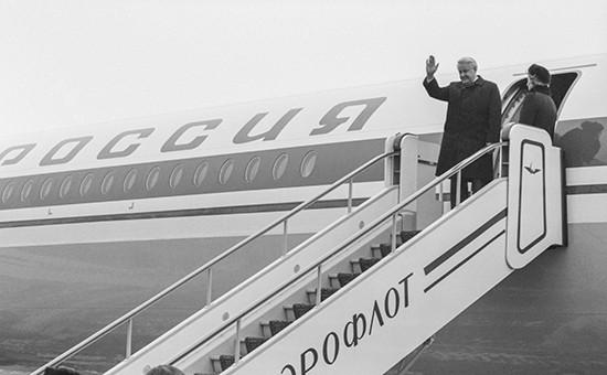 Президент РСФСР Борис Ельцин во время проводов в Италию на московском аэродроме.19 декабря 1991 года