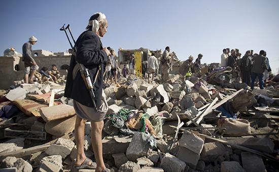 Развалины после авианалета военных самолетов Саудовской Аравии в районе аэропорта Сана, Йемен.