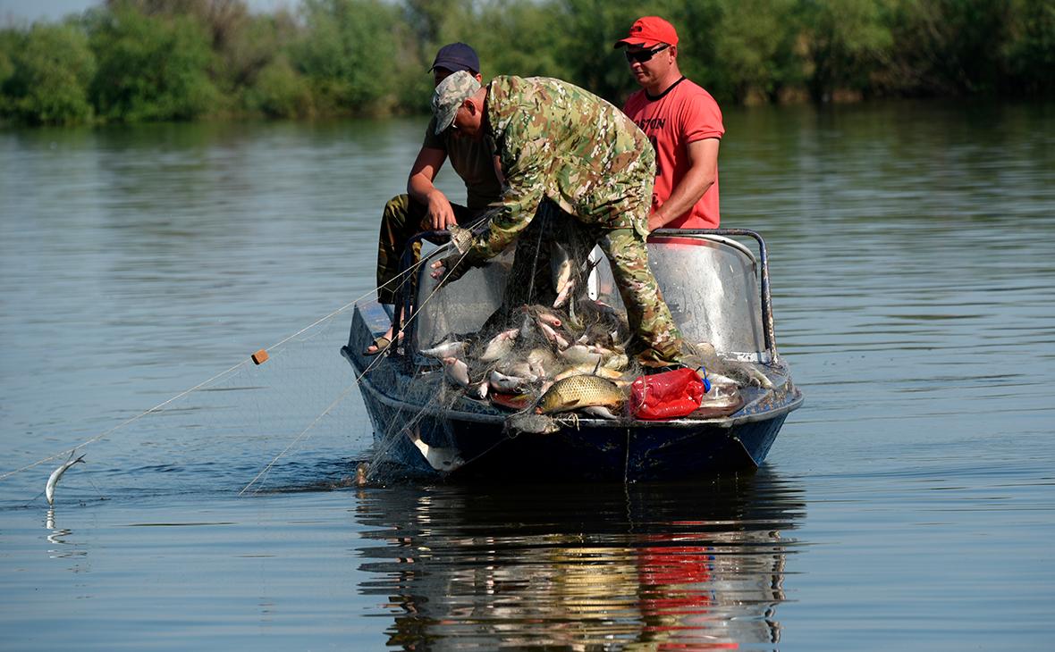 Работа инспекторов рыбоохраны по изъятию рыболовных сетей из акватории реки Волга