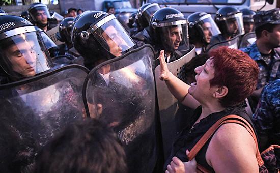 Столкновения полиции и сторонников оппозиции в Ереване