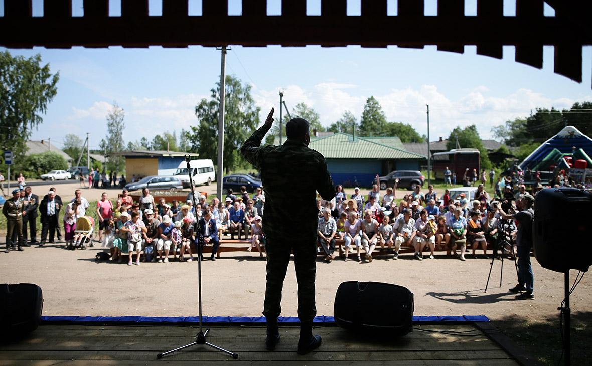 Губернатор Вологодской области Олег Кувшинников во время общения с жителями Вытегорского района