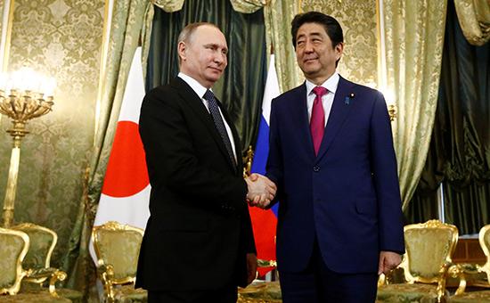 Владимир Путин (слева) иСиндзо Абэ