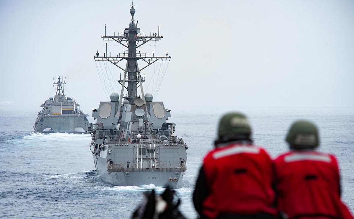 Ракетный эсминец ВМС США Kidd (в центре)