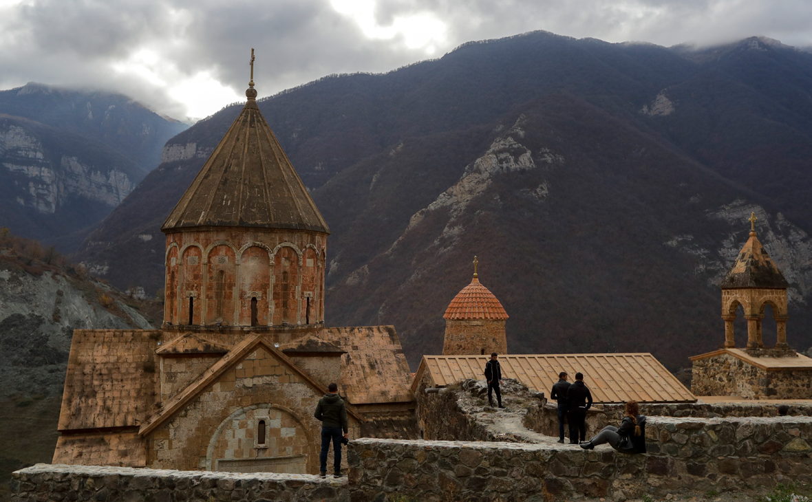 Путин обсудил с Алиевым и Пашиняном соблюдение перемирия в Карабахе