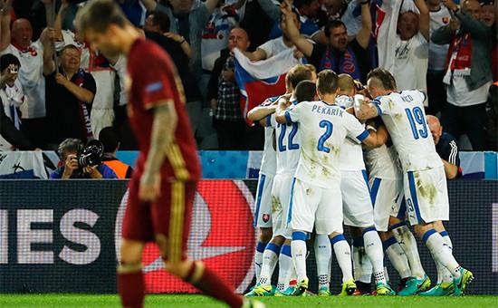 Команда Словакии отмечает второй забитый гол. 15 июня 2016 года