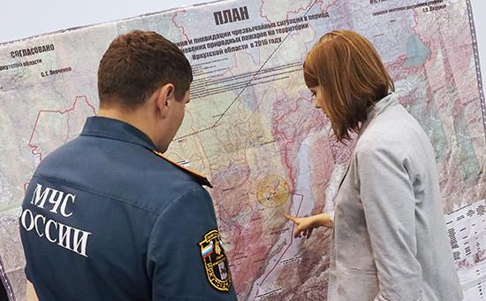 Сотрудники МЧС РФ вовремя подготовки кпоисково-спасательным работам пропавшего вИркутской области самолета МЧС РФ Ил-76